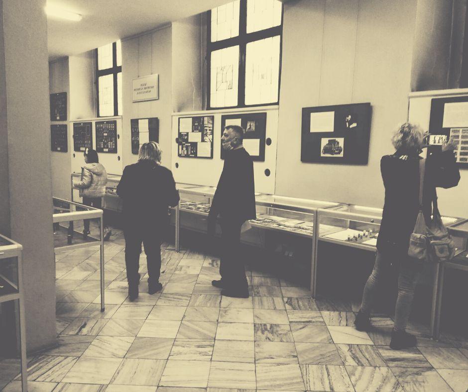 Goście oglądają wystawę stałą
