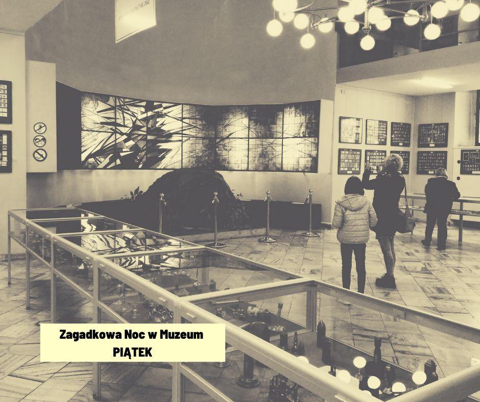 Goście zwiedzają wystawę